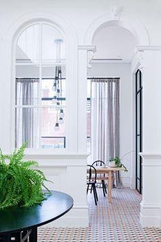 Una base clásica de casa Victoriana actualizada con muebles y materiales que son una gozada.
