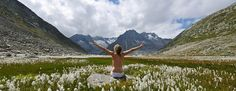 frau-mit-blumen-maerjela-aletsch-arena-cp-s Enjoy The Silence, Perfect Place, Yoga, In This Moment, Pure Products, Mountains, Feelings, Places, Travel