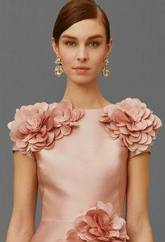 Marchesa Pre-Fall 2016 Cloth Flowers, Fabric Flowers, India Fashion, African Fashion, Plus Size Fashion Dresses, Merian, Elegantes Outfit, Embroidery Fashion, Leggings Fashion