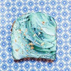 """Il """"toast della sirenetta"""" è stato inventato dalla food stylist Adeline Waugh. Non c'è niente di più facile: è sufficiente spalmare cream cheese su un toast, spruzzandolo poi con il blue majik in polvere. Ti basterà spalmare il formaggio morbido come delle onde, e l'effetto sirena è fatto!"""