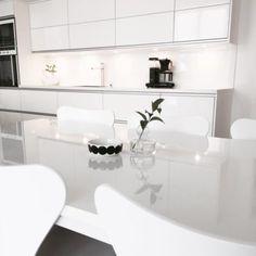 Valkoista kiiltoa keittiössä