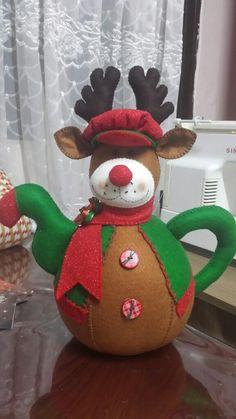 Resultado de imagen para muñecos navideños Christmas Colors, Christmas And New Year, Christmas Crafts, Christmas Decorations, Christmas Tree, Christmas Ornaments, Holiday Decor, Felt Fabric, Tea Pots