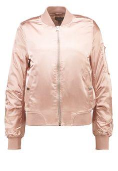 Glänzende Bomberjacke in rosa von Topshop - für Nina Schwichtenberg definitiv ein Must Have dieses Jahr. Mehr auf www.fashiioncarpet.com