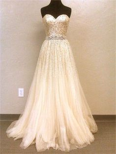 This dress.... is so beautiful. I NEED to find out where I can get it... ASAP!!!!