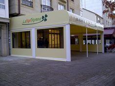 En esta Pastelería La MariMorena (Ferrol), instalamos una capota con pies y unos toldos verticales, modelo Electra.