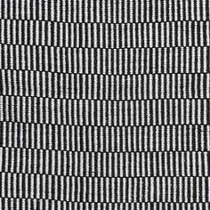 """Der Teppich """"Helsinki"""" von liv interior ist ein Teppichläufer in schwarz-natur, der sowohl Ihren Außenbereich wie auch Ihren Innenbereich verschönert. Der handgewebte Teppich der dänischen Designmarke ist ein 100% Recyclingprodukt. Er..."""
