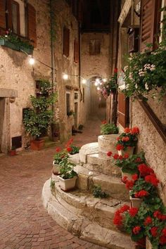 A region with historic & very quaint towns perfect for strolling… Tuscany, Italy. A region with historic & very quaint towns perfect for strolling hand in hand. Wonderful Places, Beautiful Places, Monemvasia Greece, Paros Greece, Places To Travel, Places To Visit, Travel Destinations, Italian Village, Italian Houses