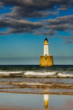Rattray Head Lighthouse · north of Peterhead and southeast of Fraserburgh · Scotland (Pos.: 57°36.615'N 1°49.006'W); built 1895 by David Alan stevenson; White tower (lower part granite, upper part brick) 34 metros high; Range 24 nm