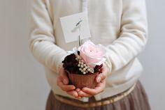 preserved flower cup cake プリザーブドフラワーのカップケーキアレンジ http://www.vingtquatre.com
