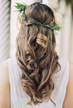 The imperfect curls and dainty floral crown make for such a whimsical look.