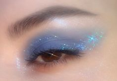 "blue eye makeup History of eye makeup ""Eye care"", in other words, ""eye make-up"" is Eye Makeup Blue, Eye Makeup Art, Skin Makeup, Eyeshadow Makeup, Gold Makeup, Eyeshadows, Glitter Makeup, Sephora Makeup, Cute Makeup Looks"
