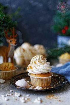Eggnog cupcakes - proste babeczki z likierem ajekoniakowym oraz kremem z bitej śmietany