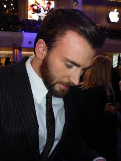 Chris Evans Handsome as hell and look at those eyelashes 👀 Capitan America Chris Evans, Chris Evans Captain America, Capt America, Chris Evans Tumblr, Chris Evans Funny, Steve Rogers, One Step, Robert Evans, Mark Hamill