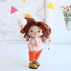 Желаем всем яркого дня и много ! ❤️Малышка продана❤️ #кукларучнойработы #авторскаякукла #интерьернаякукла #текстильнаякукла #куклаизткани #куклысахаровойнатальи #шарик#праздник