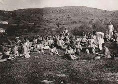 İzmir Kızılçullu Köy Enstitüsü 1946 öğrenciler kırda ders esnasında