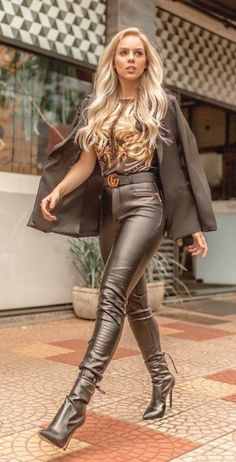 Tight Leather Pants, Leather Trousers, Leder Outfits, Leather Dresses, Leather Skirts, Sexy Boots, Leather Fashion, Leather And Lace, Sexy Outfits