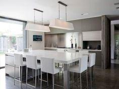 Trio bois, verre et pierre pour une cuisine avec îlot central ...