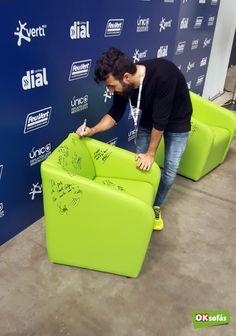 El cantante Huecco firmando una de nuestras butacas. #huecco #butaca #sofá #música