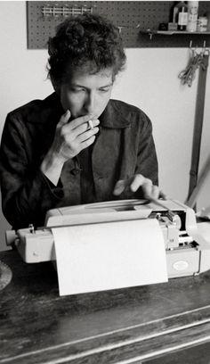 1964: Cinco anos antes de Woodstock se tornar Woodstock, Bob Dylan se aquartela num café para compor suas letras