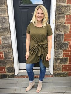 LuLaRoe Carly Dress paired with jeans and ankle booties. Perfect for fall. Lularoe Carly Dress, Lularoe Dresses, Lange T-shirts, Lula Roe Outfits, Trends, Fall Winter Outfits, Business Fashion, Plus Size Women, Jeans