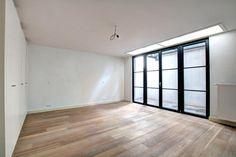 - à vendre - Appartement - 2 chambres à coucher   - - surface habitable de 163 m2 - A deux pas du Sablon, dans une belle maison bruxelloise totalement rénovée en 2015 aux dernières normes en matière de performance énergétique et avec   - étage du bien: 0 1 bain(s) -  1 douche(s) -     - surface terrasse: 20 m2