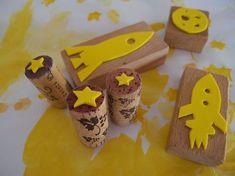 Stempel aus Korken, Holz- und Moosgummiresten / Stamps made from corks, wood and scraps of foam rubber / Upcycling (Diy Geschenke Abschied) Wood Crafts, Fun Crafts, Diy And Crafts, Diy For Kids, Crafts For Kids, Space Party, Kids Wood, Upcycled Crafts, Stamp Making