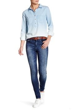 A high rise balances the hems of skinny jeans in a cool blue wash that make a distinct impression while being versatile enough for any casual outfit.