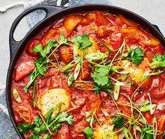 Kvällens middag är busenkel, mättande och kommer att sprida väldoft i hela köket. Denna arabiska husmansrätt består av tre sorters paprika som får puttra med spiskummin, paprikapulver, sambal oelek och tomater tills smakerna gift sig. Äggen pocheras sedan till perfektion och rätten avnjuts med ris och en fräsch sallad med koriander. Smaklig måltid!