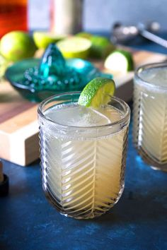 This Kentucky Mule recipe is a delicious twist on a traditional Moscow Mule cocktail. Kentucky bourbon, ginger beer and fresh squeezed lime juice make this an easy cocktail, perfect for any party and any season. Easy Drink Recipes, Best Cocktail Recipes, Punch Recipes, Smoothie Recipes, New Recipes, Smoothies, Recipe Blogs, Bourbon Recipes, Diy Recipe