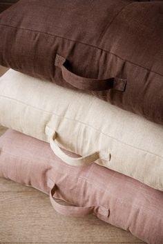 Coussin de sol, Libeco Home - Tour d'horizon des nouveauté tissus dans la mode-maison - Des coussins de sol aux couleurs intemporelles fabriqués dans un lin très résistant. Notre conseil : prenez trois couleurs différentes, elles vont bien ensemble ! Coussin de sol, 60x60x12cm 126 € pièce Libeco Home www...