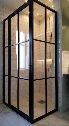 dusch vid det smala fönstret Bathroom Inspo, Bathroom Styling, Bathroom Inspiration, Victorian Bath, Modern Victorian, Kingston House, Bed In Living Room, Cool Doors, Bathroom Toilets