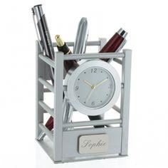 Un pot à crayons horloge gravé avec un texte de votre choix