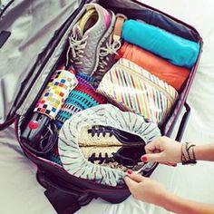 Packe die dreckigen Sohlen Deiner Schuhe in Duschkappen. | 24 total geniale Urlaubshacks