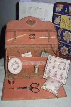 """Cartonnage - Pretty in pink - Classeur de brodeuse - Mon premier """" fold… - Plumiers - petit cartonnage - Petit nécessaire à… - Cartonnage du week… - Une idée de… - Petit bricolage d'… - Boite perlée - Les Trésors de Phine"""