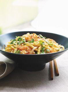 Pad thaï aux crevettes et au citron vert | Ricardo ● Essayé. Super bon. A refaire avec moins de pâtes et en ajoutant des fèves germées