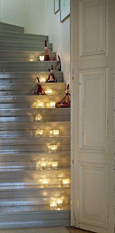 Jouluna kynttilät valaisevat portaikkoa.