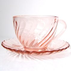 This would bee even better if clear glass. Vintage Depression Glass Pink Swirl Rosaline Cup and Saucer from Arcoroc France. Antique Dishes, Antique Glassware, Pink Depression Glassware, Glass Tea Cups, Vaseline Glass, Shabby, Glass Dishes, Carnival Glass, Retro