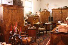 Schränke aus 3 Jahrhunderten auf über 500 qm finden Sie im Antiklager Schatzkiste bei Bamberg. Antique Cabinets, Bamberg, Closet
