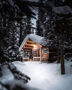 It looks like the perfect place for a holiday! Winter Cabin, Cozy Cabin, Cozy Winter, Build Your Own Shed, Tiny House Nation, Arte Cyberpunk, Cabin In The Woods, Little Cabin, Wooden Cabins
