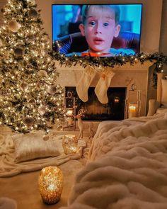 Christmas Feeling, Christmas Movies, Christmas Time, Merry Christmas, Holiday Movie, Cosy Christmas, Christmas Lights Outside, Xmas Lights, Inspire Me Home Decor