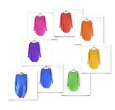 Prosta, gruba,  miękka, cieplutka,  dopasowana    sukienka.  Bardzo długie  rękawy. Prosimy o  wybranie koloru:  żółty, pomarańczowy,  czerwony, różowy,  fioletowy,  chabrowo-kobaltowy,  jasnozielony.    Surowe, cięte  wykończenie dekoltu,  dołu i rękawów, bez  szycia. Kieszenie po  bo...