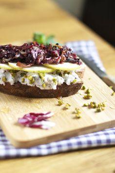 Eine köstliche Ziegenkäse-Stulle mit Birnen, Minze und Balsamico-Radicchio. | LYKKELIG