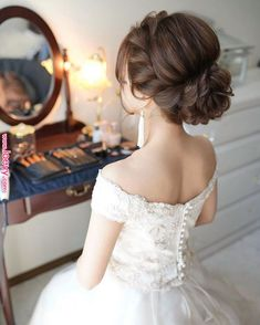 What's the Difference Between a Bun and a Chignon? - How to Do a Chignon Bun – Easy Chignon Hair Tutorial - The Trending Hairstyle Easy Updo Hairstyles, Bride Hairstyles, Hairstyle Ideas, Bridal Hairdo, Hair Arrange, Elegant Wedding Hair, Floral Hair, Hair Designs, Prom Hair