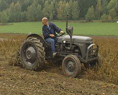 Ferguson Antique Tractors, Vintage Tractors, Vintage Farm, New Tractor, Ford Tractors, Agriculture, Survival, Barn, Trucks
