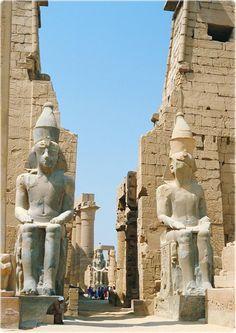 Estátuas gigantes do rei Ramsés II no Templo de Luxor, Tebas, Egito