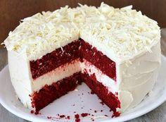 Com Beterraba fica lindo. A beterraba ajuda a dar essa coloração vermelha no bolo, mas o bolo não fica com gosto de beterraba por conta do limão e do vinagre que são adicionados à massa.