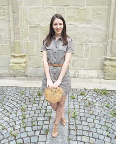 Taschentrends im Sommer: Outfit mit Handtasche aus Bambus im Cult Gaia Stil - Mary Jay Short Sleeve Dresses, Dresses With Sleeves, Trends, Gaia, Shirt Dress, T Shirt, Different Styles, Outfit, Fashion