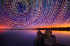 Trilha das estrelas A câmera está parada em relação a Terra, mas não em relação às estrelas.
