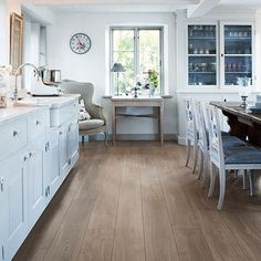 London Oak natural authentic laminate floor. Grey oak wood finish, 9mm 1-strip laminate flooring, easy to install and covered by PERGO's lifetime warranty.