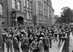 Suomalaisen normaalilyseon poikia välitunnilla koulun pihalla | Helsingin kaupunginmuseo | Finna - Helsingin kaupunginmuseo Pietinen Aarne 1930-49